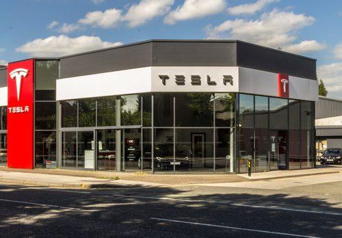 Fabrika e Tesla California përsëri në prodhim pas mbylljes 2-ditore